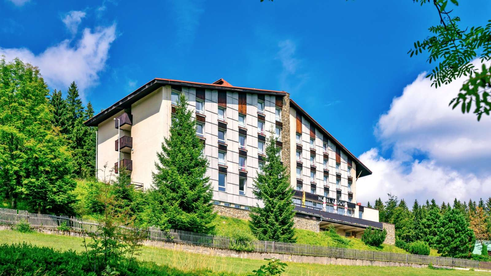 Letní pohled na hotel Zadov