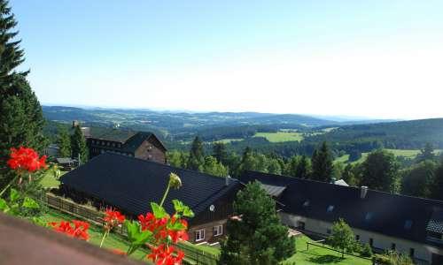 Letní výhled z terasy hotelu Zadov