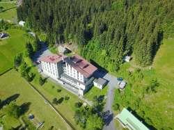 Jarní letecký pohled na hotel Zadov
